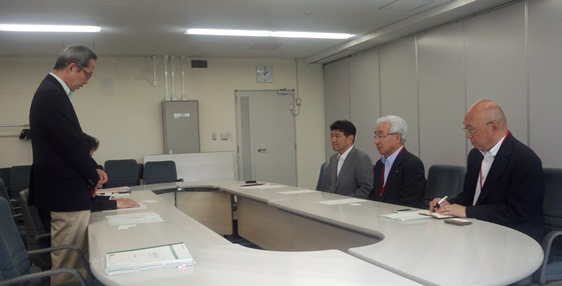 挨拶する牧野課長と小川社長、本庄専務取締役ほか関係者